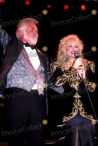 Kenny Rogers Photo - Dolly Parton Kenny Rogers Apr 1988 Adam ScullGlobe Photos Inc