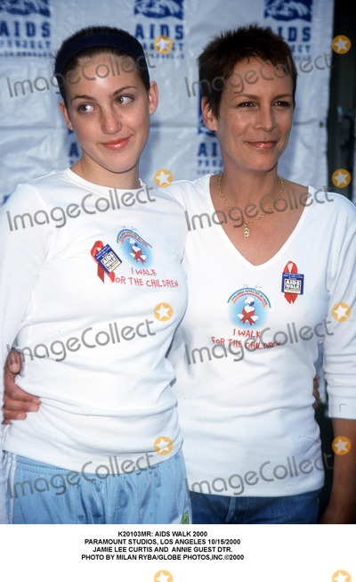 Annie Guest Photo -  Aids Walk 2000 Paramount Studios Los Angeles 10152000 Jamie Lee Curtis and Annie Guest Dtr Photo by Milan RybaGlobe Photosinc