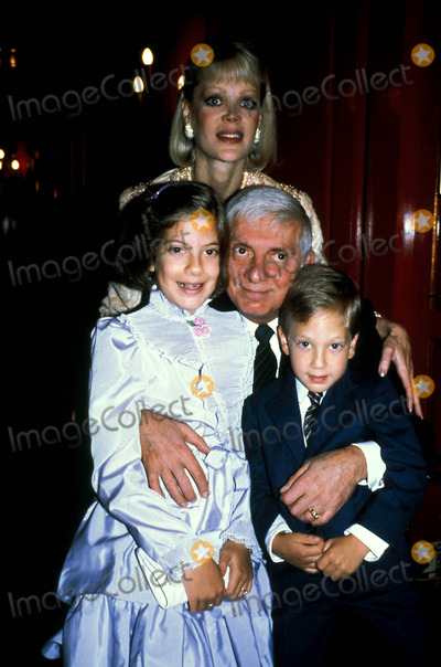 Aaron Spelling Photo - Aaron Spelling with Wife Candy Spelling and Children Tori Spelling and Randy Spelling Alan Davidson-Globe Photos Inc