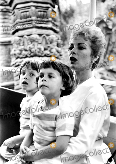 Jamie Lee Curtis Photo - Janet Leigh and Daughters Kelly and Jamie 18234b Bill HoppinGlobe Photos Inc