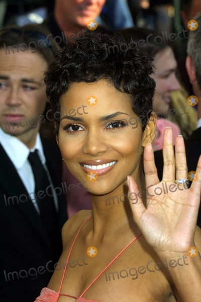 Halle Berry Photo - 9th Annual Screen Actors Guild Awards the Shrine Auditorium Los Angeles CA 03092003 Photo by Ed GelleregiGlobe Photos Inc 2003 Halle Berry